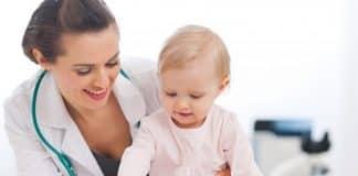 Mulher segurando criança